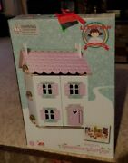 """Large Le Toy Van Daisylane """"sweetheart Cottage"""" Doll House With 32 Pc Furniture"""