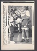 Charles Barkley 1993 Jokes With Staff Vintage A/p Laser Wire Photo With Caption