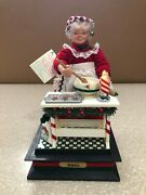 Musical Mrs. Claus Making Cookies Holiday Scene 1992 Lights Up Baking Noel