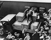 1929 Authorities Unload Cases Of Whiskey Crates Photo 180-j