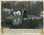 1948 Press Photo William Lash W/ Wife Eileen Stands Amid Ruins Of Their Home