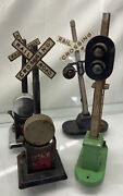 Lot Of 4 - Vintage Lionel Train Crossing Stations And Light Post