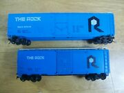 Ho Scale Lot - The Rock 50' Plug Door 57025 And 40' Box Car W/ White Roof Walks
