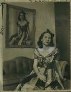 1944 Press Photo Mrs. Brooks Stevens With Portrait Of Her By Fritz Werner