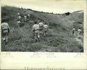 1978 Press Photo New York Police Officers Search Field For Robert Garrow