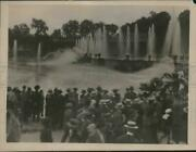 1925 Press Photo Tourists Watch The Versailles Fountain, France - Mjx37137