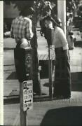 1980 Press Photo A Couple People Inspecting The Parking Meter - Spa80113