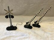 Lionel Railroad Crossing 154 And Crossing Gate 252 Set Of 2