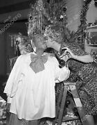 8b03-619 Lucille Ball Gale Gordon Decorate Christmas Tree Tv The Lucy Show 8b03-