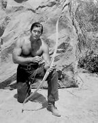 8b20-10683 Rugged And Handsome Clint Walker Uses Bow And Arrow Tv Cheyenne 8b20-