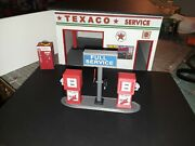 124 /125 Texaco Station And Gas Pumps With Island And 2 Post Lift For Dioramas