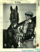 1981 Press Photo Race Horse Bayou Black With Trainer Frankie Brothers Eats Hay
