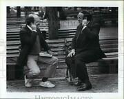 1985 Press Photo Desmond Morris And Quincy Market Outdoors At Bench - Rsm01231