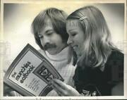 1974 Press Photo Alice And Eliot Hess Read The Munchies Eatbook - Tub06986