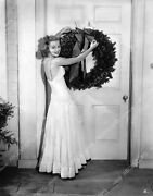 8b20-2825 Anne Shirley Hanging Christmas Wreath On The Front Door 8b20-2825
