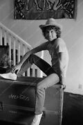 8b20-3797 Andy Gibb And The Trunk He Keeps His Fender Guitar In 8b20-3798