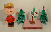 2004 A Charlie Brown Christmas And Tree 5 Action Figure Peanuts Gang Snoopy