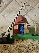 Lionel Trains Automatic Gateman Lionelville 145-17 O-gauge And Crossing Gate 252