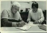 1987 Press Photo Lawrence Boyer And Judy Talbot At Office Table - Sya36189