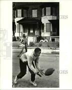 1986 Press Photo Marvin Gorden Playing Football At Belvidere Ave Hough Area