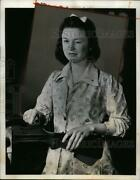 1942 Press Photo Mary Barkes At Us Army Ordnance Dept Cleans A Rifle For Storage