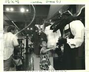 1989 Press Photo Indiana Boy Shakes Hands With Stuffed Alligator, New Orleans