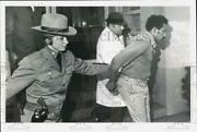 1974 Press Photo Criminal Suspect Robert Walton With Police Officers - Tub34243