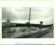 1995 Press Photo A Work Crew Raises A Sunk Barge From The Mississippi River