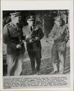 1962 Press Photo Officers Richard Hull Paul Adams And B.m. Kaul Confer In India