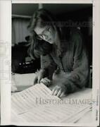 1991 Press Photo Lori Mckelvey Looks Over Some Of Her Work In Greenwich