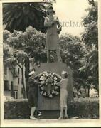 1961 Press Photo Wac Veterans Vice-presidentand039s Place Wreath At Statue On Elk
