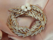 Frosted White Enamel Thermoset Winter Wreath Brooch Very Pretty 643n4