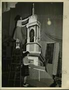 1941 Press Photo Marian Bosler, And Marion Moore Painting Scenery For A Show