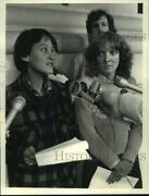 1983 Press Photo Two Women Talk With Reporters Outside The Ny State Capitol Bldg
