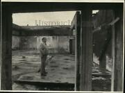 1986 Press Photo Virgilio Contreras Business Manager,stands Amid Building Ruins
