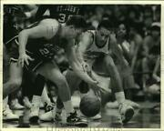 1987 Press Photo Syracuse U Basketball Player Howard Triche Battles For The Ball