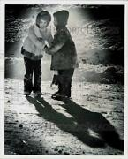 1977 Press Photo Maggie Dunn And Jannelle Pierson Ice Skate At Log Basin Pond, Nj