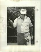 1977 Press Photo Golfer Miller Barber Points On The Course - Nos03445