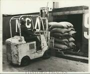 1975 Press Photo A Worker Removes Coffee Sacks From A Ship At Pouch Terminal
