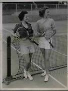 1935 Press Photo Joan Power And Helene Acker After A Hard Set At The Bermudiana