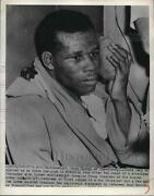 Press Photo Middleweight Chuck Hunter Holds Ice Pack To Head After Match