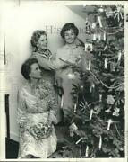 1977 Press Photo Garden Club Officers Helping Member To Put-up Christmas Tree