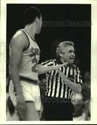 1987 Press Photo Syracuse Basketball Player Howard Triche And Official