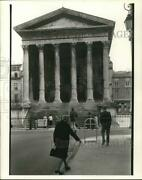 1977 Press Photo Visitors Tour Building In France. - Hpa09050