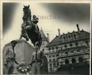 1979 Press Photo Officers Place Wreath At Philip Sheridan Statue In Albany Ny