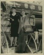 1960 Press Photo States-itemand039s Robert Hawkins Set To Board Airliner To New York