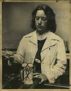 1978 Press Photo Photographer Nancy Guiles Checking Thermometers In Photo Lab