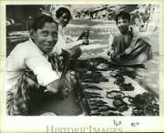 1979 Press Photo Street Hawkers Selling Carved Slingshots To A Boy In Burma