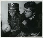 1974 Press Photo Lori Hess And Her Father Alan At Korea Pavilion In Seattle.