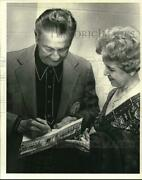 Press Photo Mrs. Agnes Mangold Gets Autograph From Lawrence Welk - Sap74518